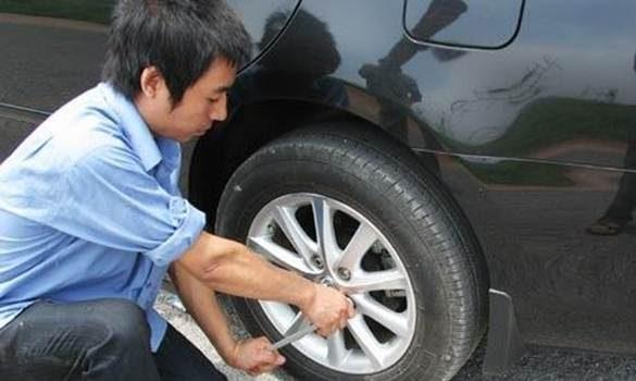 Cách Thay Lốp Xe Ô Tô Nhanh Chóng Cho Người Mới Sử Dụng Xe Ô Tô